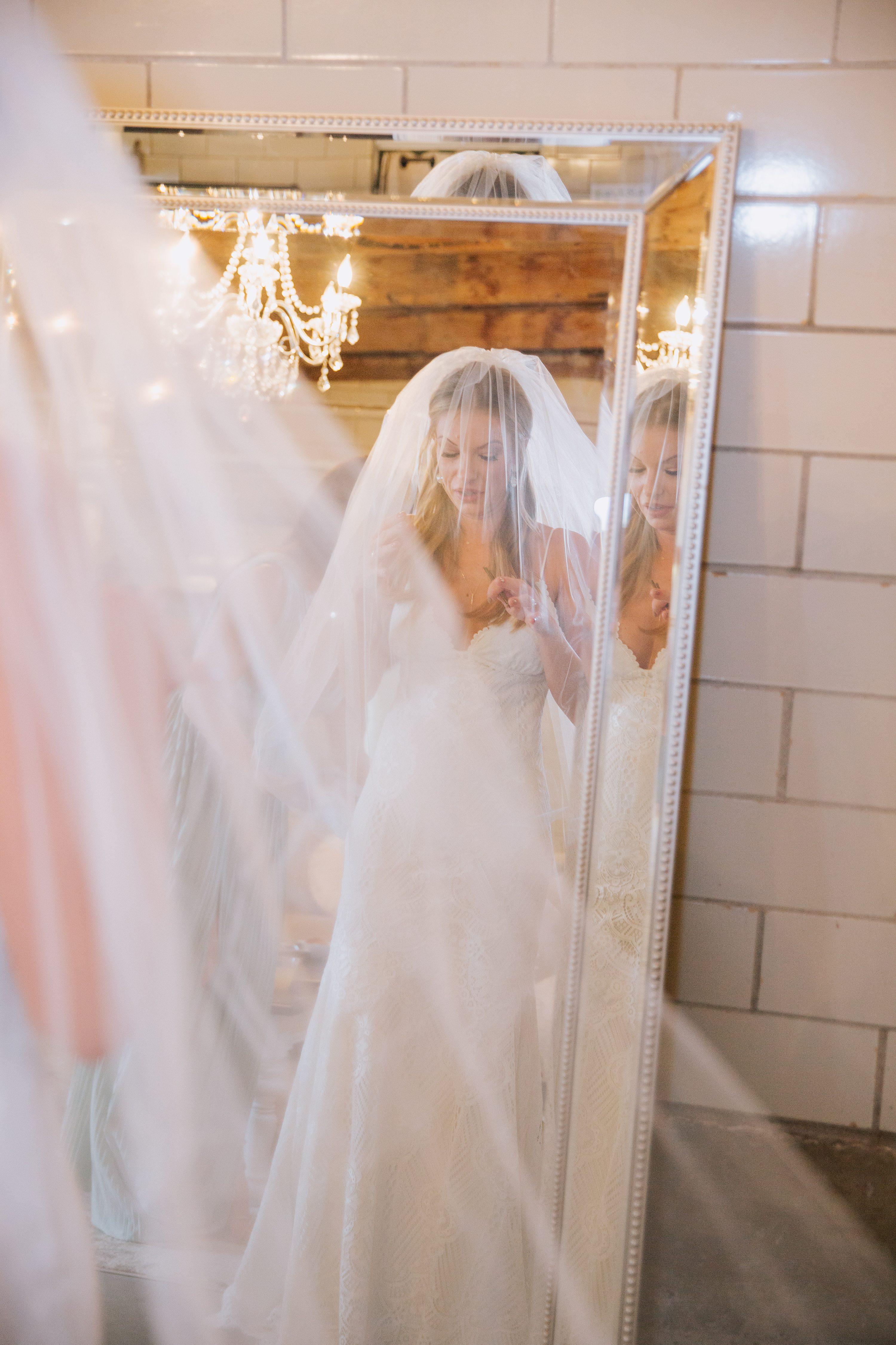 bride getting ready,bridein mirror,veil
