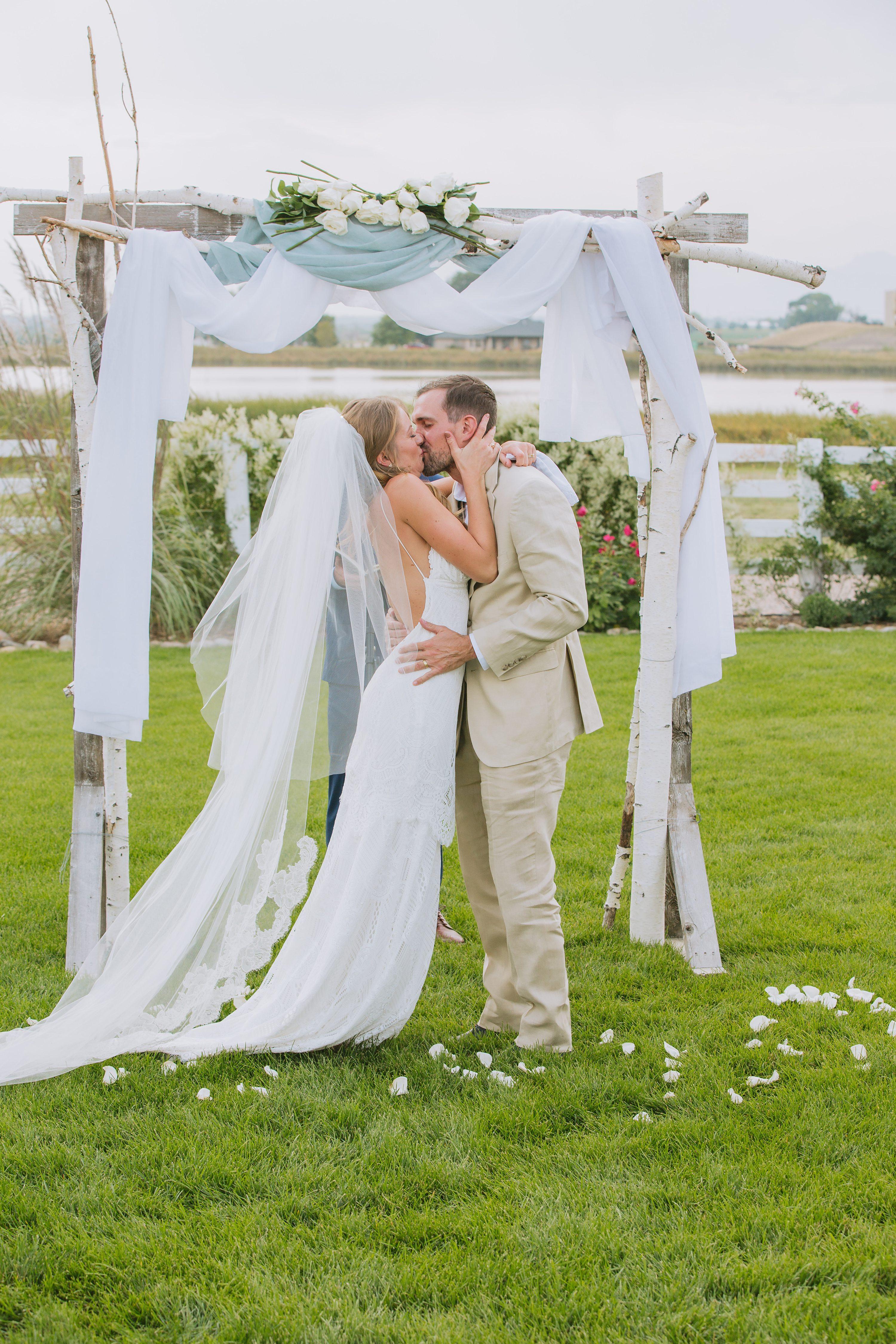 first kiss,outdoor wedding
