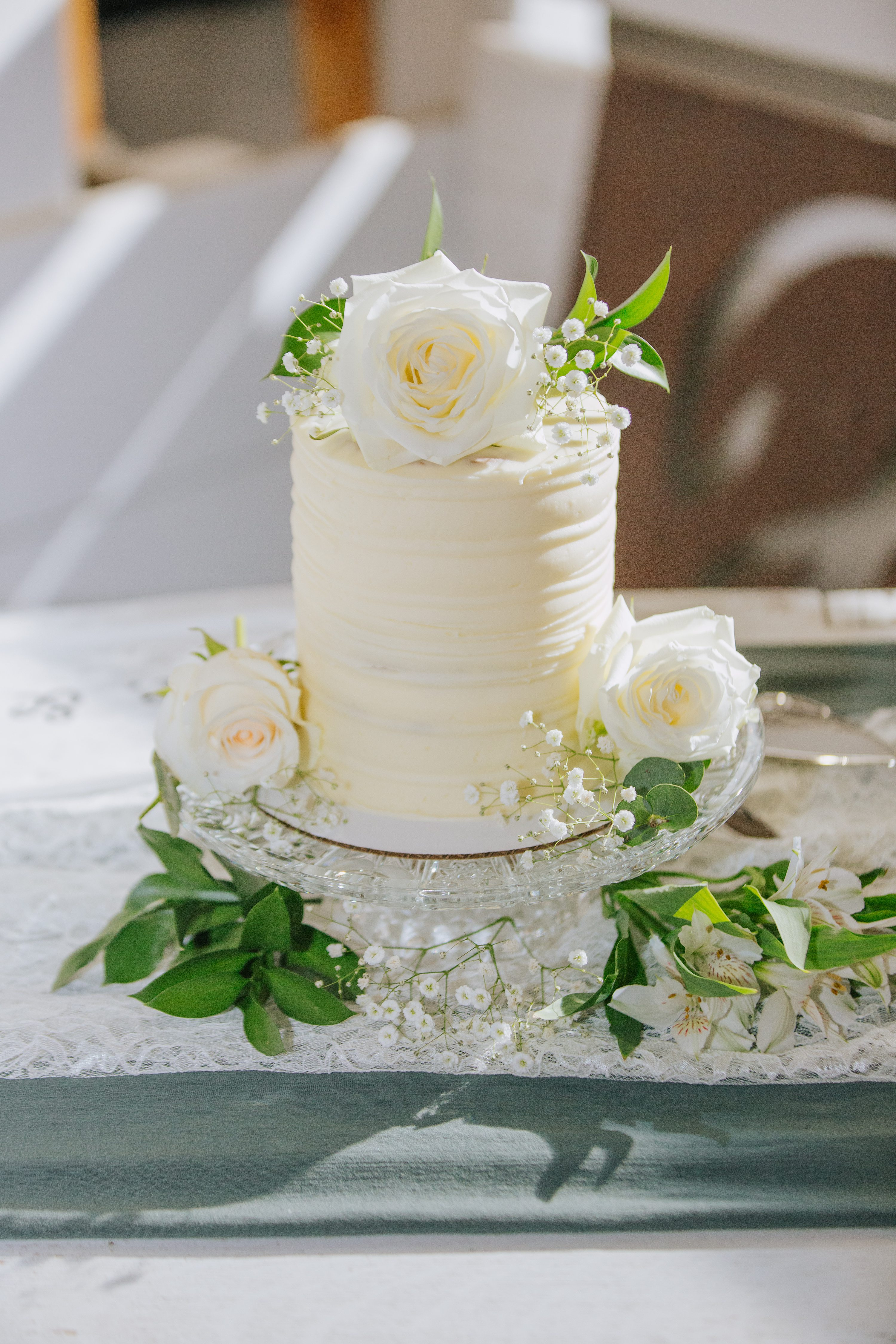 wedding cake,white roses,white cake