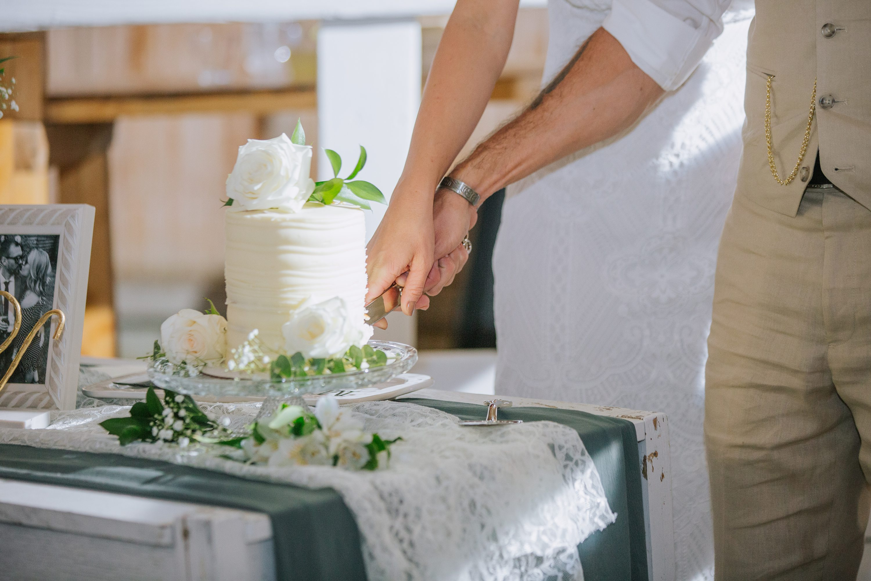 cake cutting,wedding cake,white cake
